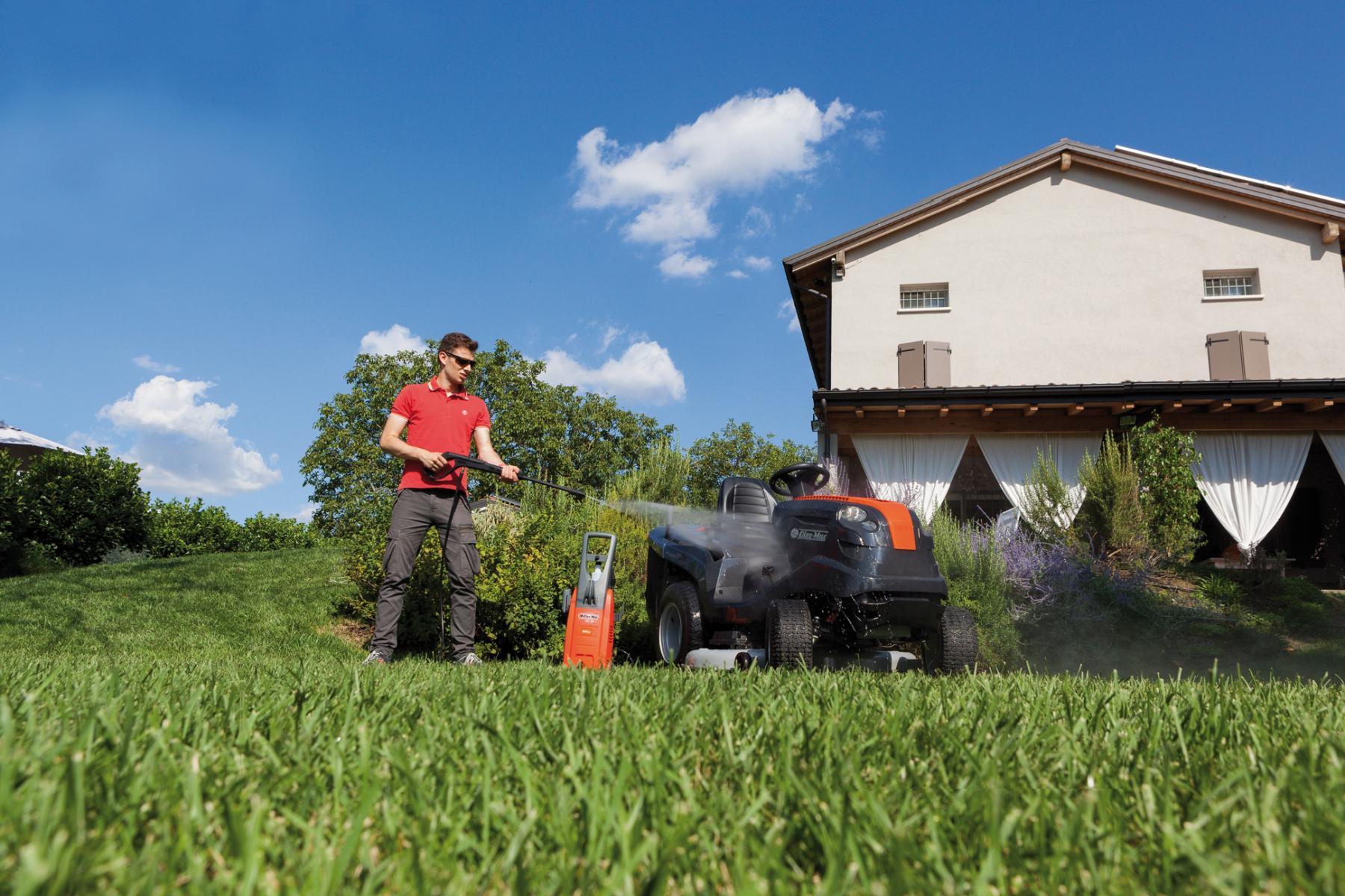 Водоструйка Oleo Mac и градински трактор за косене